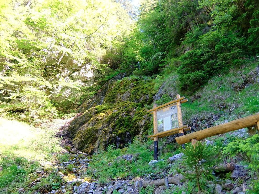 Pri prácach na schodoch a mostoch sa použilo až 300 metrov železných tyčí na stabilizáciu a 7 metrov kubických drevenej guľatiny. Až na šiestich úsekoch museli realizátori vybudovať mosty ponad potoky. Na 130 metroch chodníka vybudovali priečnu stabilizáciu proti zosuvom svahu. Dokopy ručne vykopali až 1,5 km chodníkov v premenlivom suťovitom teréne s častými úsekmi zasekanými do skaly. Turisti sa vždy radi pochvália svojim priateľom či rodine čo zdolali a zvečnia si svoje zážitky. Aj preto je terén v okolí tabúľ mierne upravený, aby návštevníkom umožnil pohodlný odpočinok, štúdium textov i fotenie. A možno aj vďaka fotografiám, ktoré budú ľudia šíriť a zdieľať po internete odhalí ZNÁMA – NEZNÁMA Čutkovská dolina svoje tajomstvá ďalším zvedavcom.